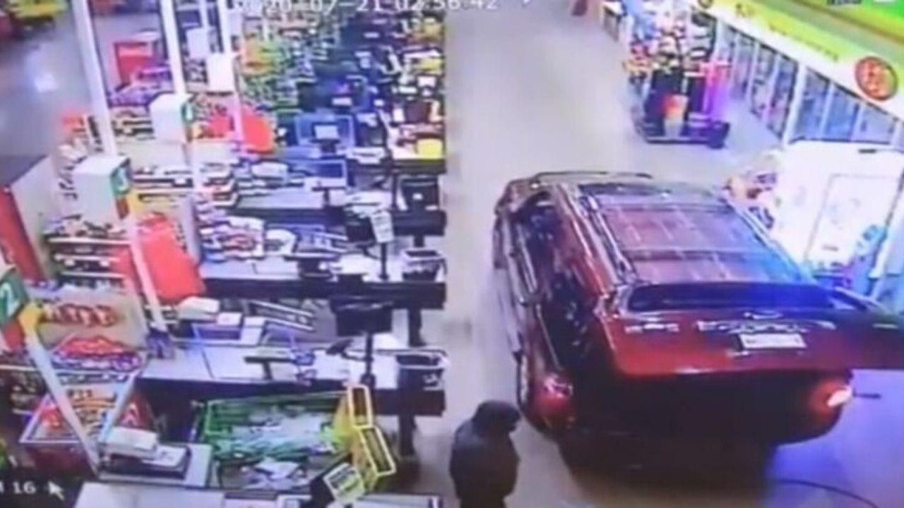 Ladrones se meten a robar con todo y camioneta a un supermercado ¡Pero les pasa lo peor! Mira el vídeo