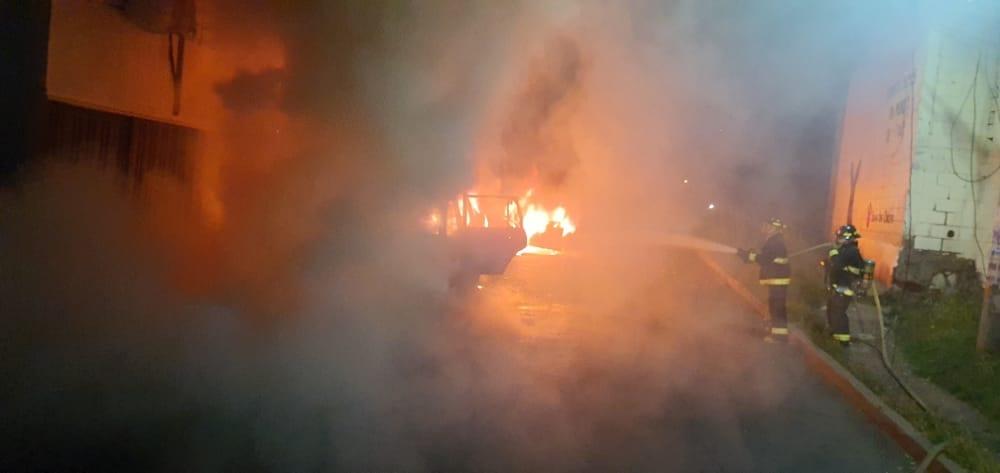 Una bodega y varios vehículos toman fuego en dos incendios, en distintas zonas de Tegucigalpa
