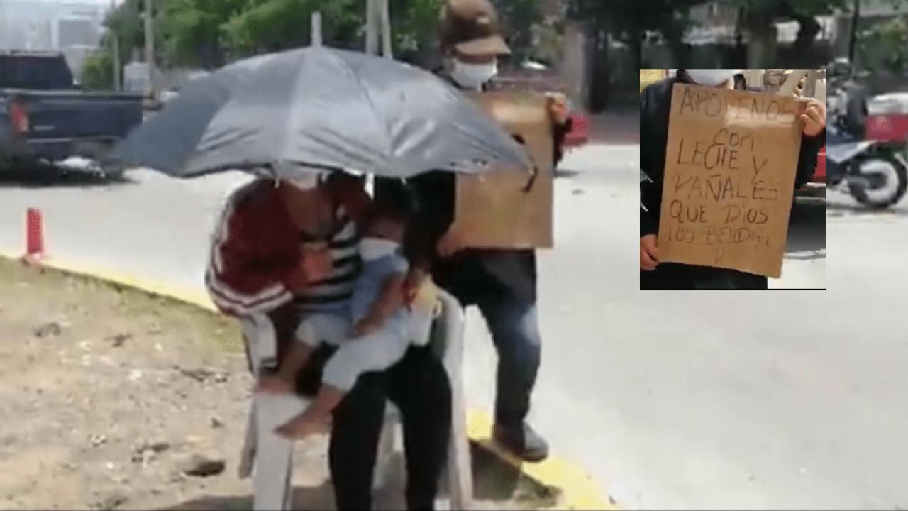 Con su bebé en brazos, padres piden en la calle leche y pañales para su hija