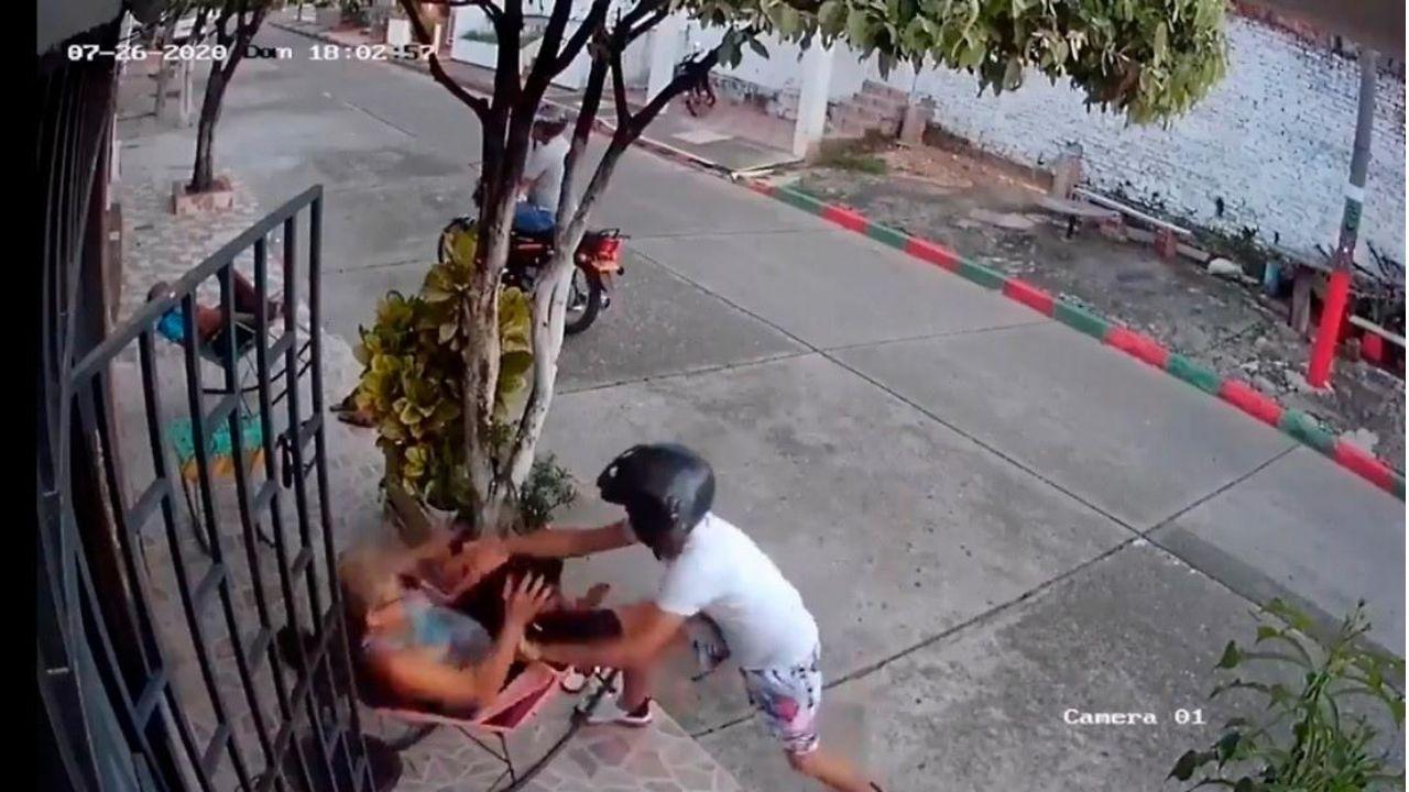 Señora de la tercera edad espanta a golpes a dos ladrones que pretendían quitarle el celular
