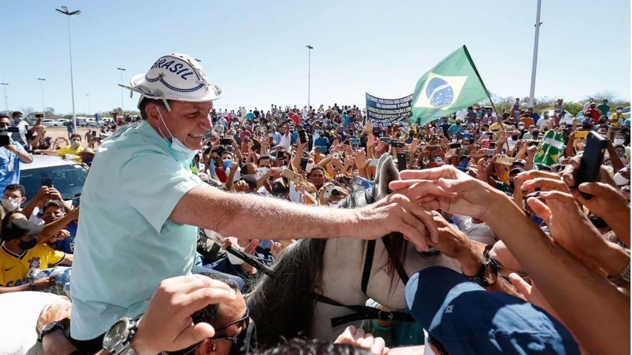 Luego de superar el covid, Jair Bolsonaro se quita la mascarilla en un evento público y saluda a sus seguidores