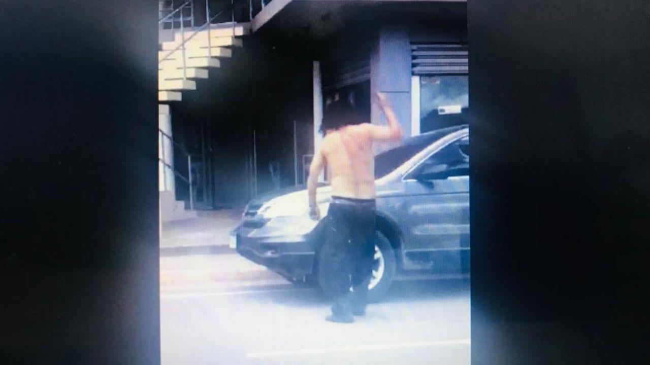 Desequilibrado mental  con machete en mano destruye vidrios de vehículos en Siguatepeque, mira el video