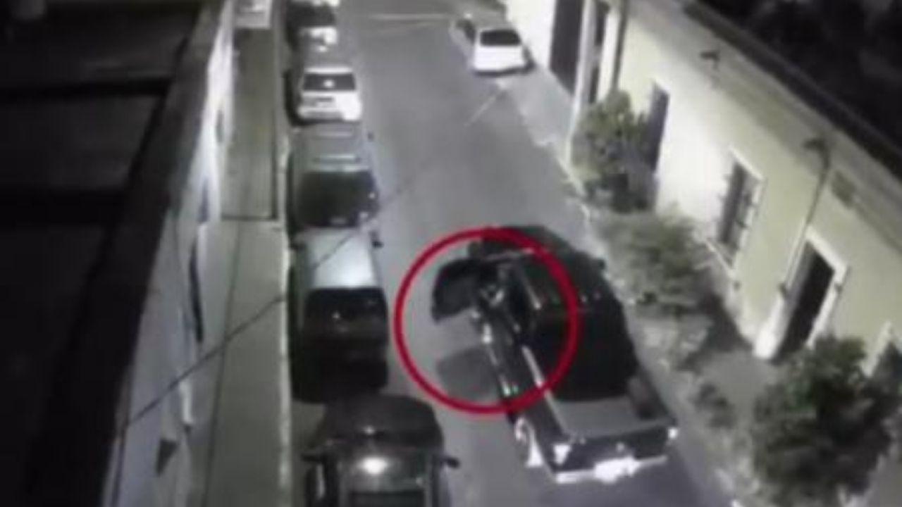 Supuestos policías mexicanos asesinan a un hombre y luego le aplastan la cabeza con un vehículo
