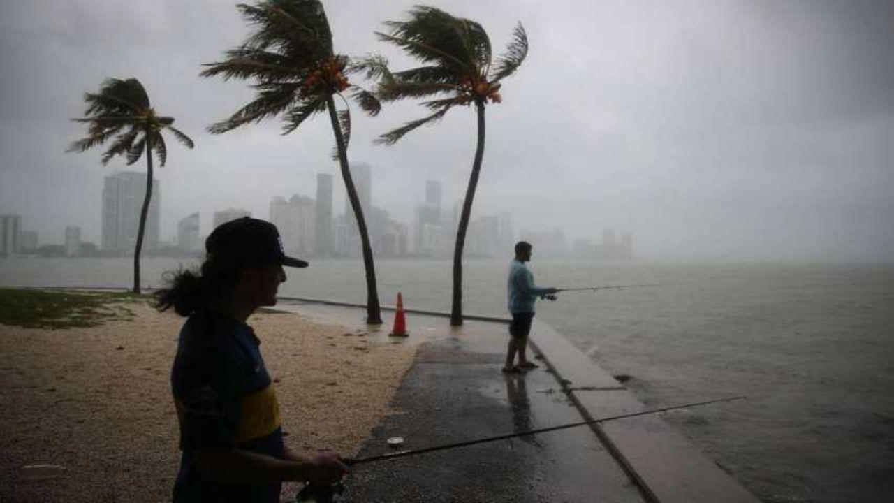 Isaías se convierte en huracán categoría 1 rumbo a Bahamas y amenaza el sur de la Florida