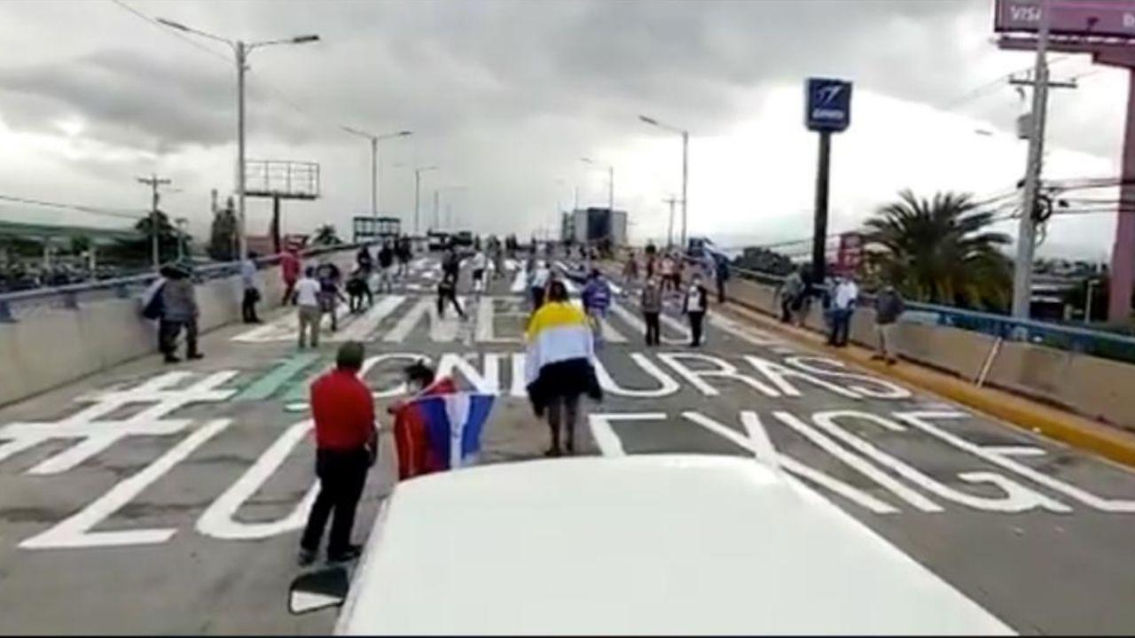 Hondureños pintan nuevamente el puente en Tegucigalpa para cuestionar ¿Dónde está el dinero?