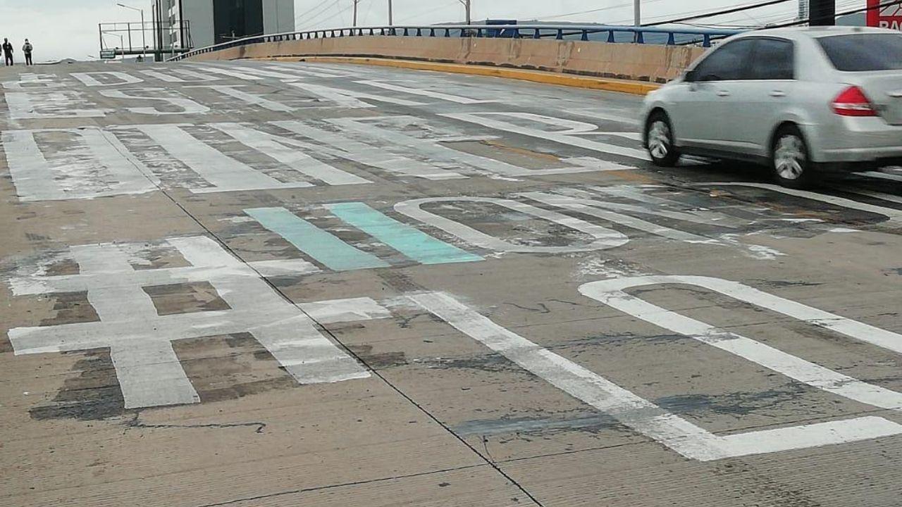 Echan aceite quemado sobre el graffiti '¿Dónde está el dinero?' y varios motociclistas se accidentan