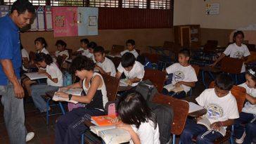 Niños en clases cuando no estaba la pandemia.
