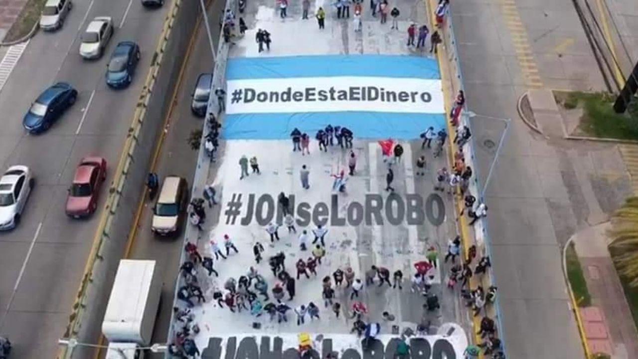 Hondureños vuelven a pintar graffiti ¿Dónde está el dinero?, y dejan otro mensaje