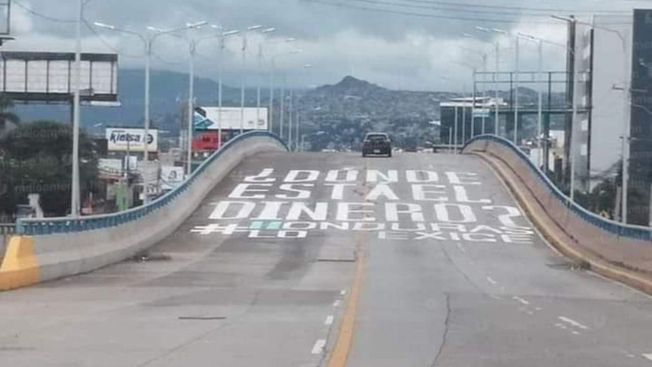 Honduras: escriben en puente Fe y Esperanza, ¿Dónde está el dinero, #Honduras lo exige?