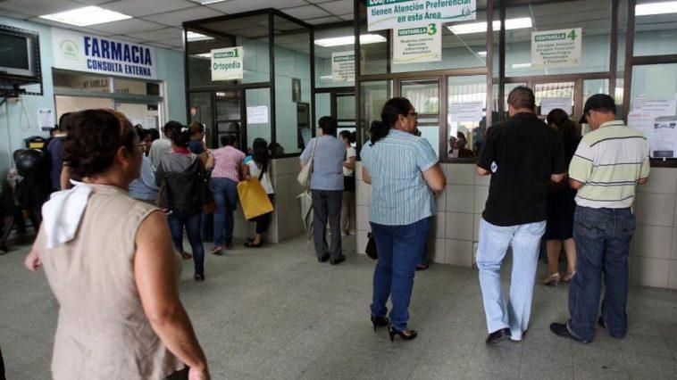 Personas realizando fila para ser atendidos en el IHSS.