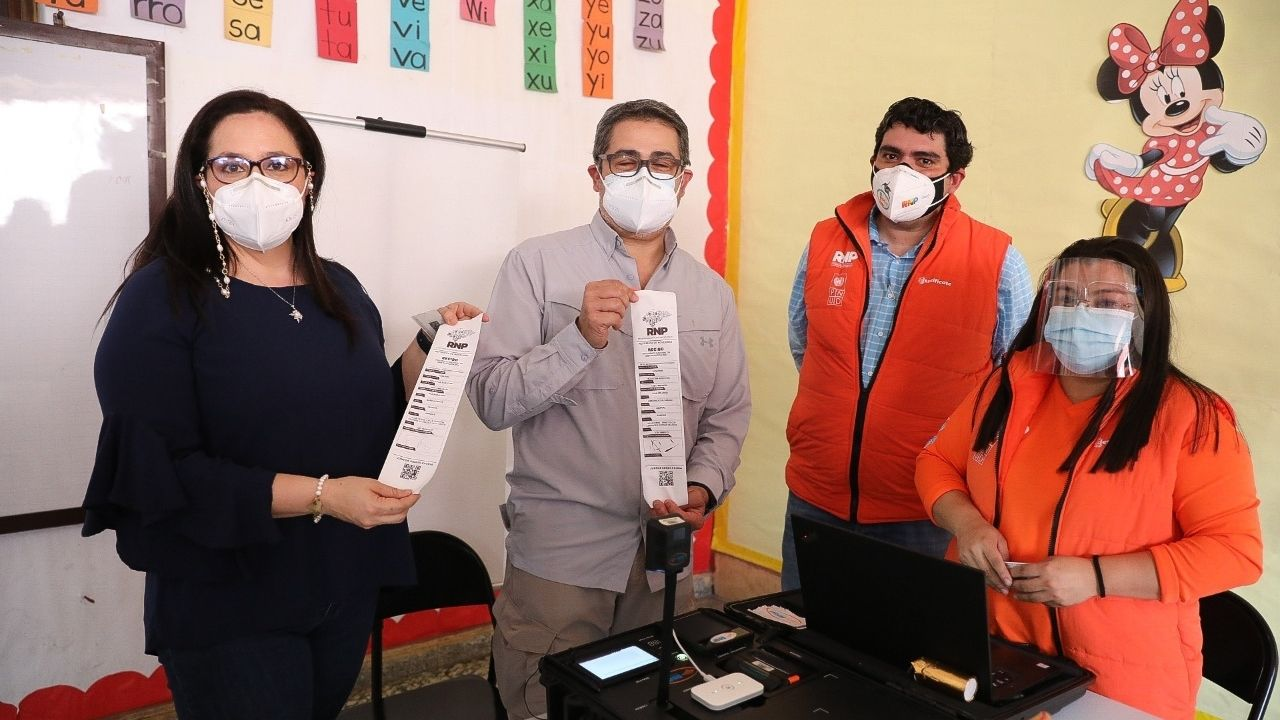 Pareja presidencial tendrá nueva tarjeta de identidad tras proceso de enrolamiento en Gracias