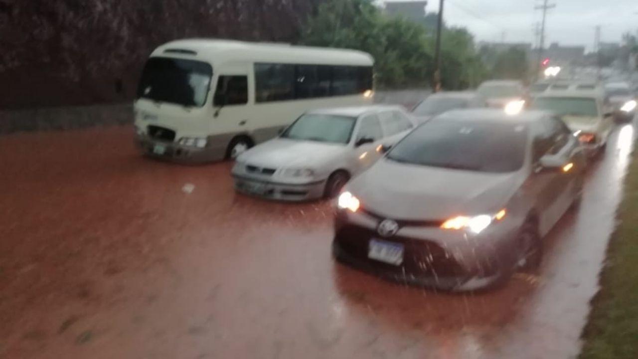 Fuertes lluvias dejan carros atrapados e inundaciones en la capital hondureña