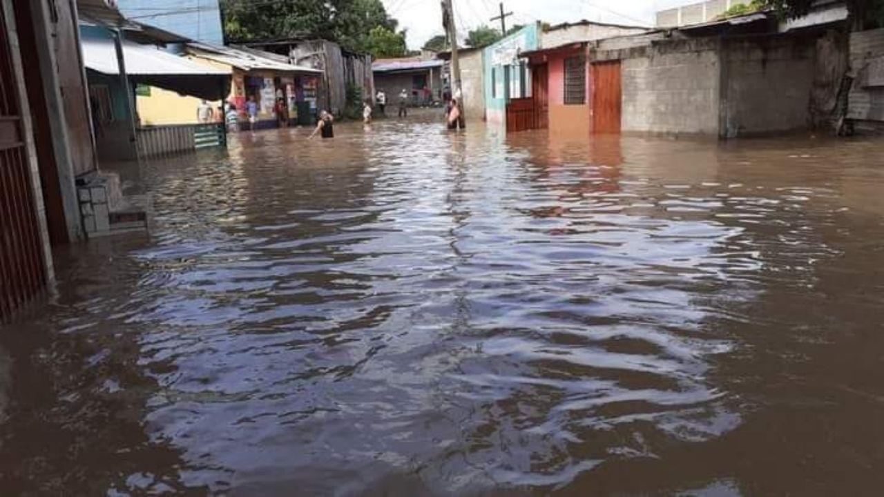 Casas y calles inundadas dejan fuertes lluvias en Juticalpa, mira las imágenes