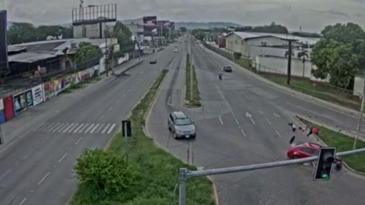 Familia hondureña que iba en moto se salva de morir tras colisionar con vehículo; conductor del carro huye, mira el impactante vídeo