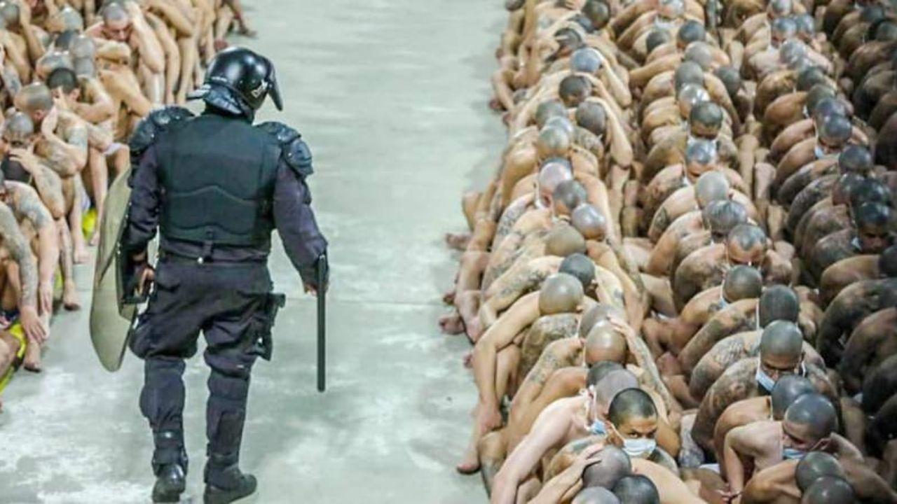 Fiscalía salvadoreña allana cárceles en busca de supuestos vínculos del gobierno de Bukele con pandillas