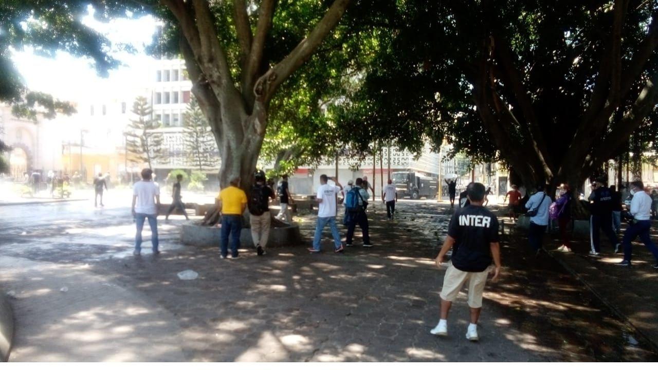 Al menos un herido deja el fuerte enfrentamiento entre policías y manifestantes en el centro de Tegucigalpa