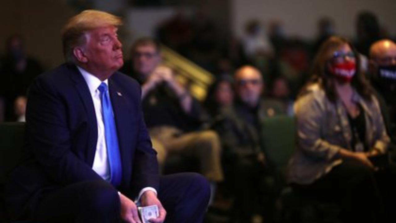 Trump cuenta el dinero antes de donarlo a una iglesia y el video desata enojo