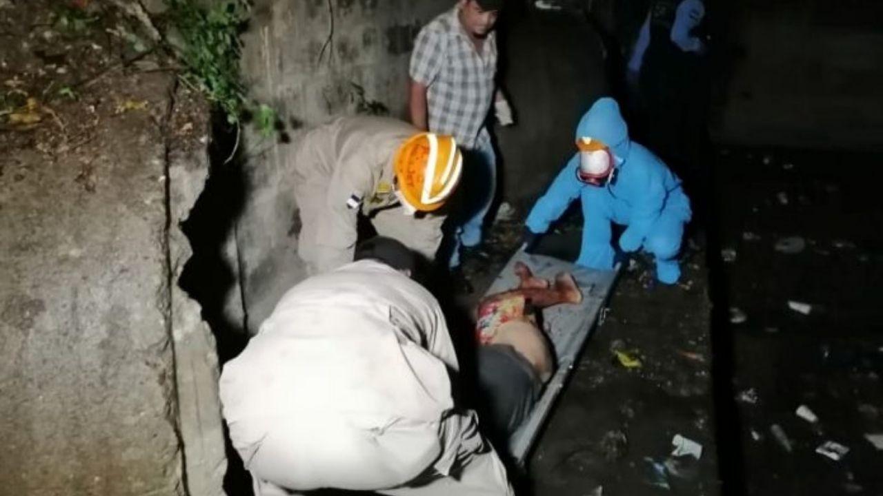 Bomberos rescatan cuerpo con múltiples heridas de bala dentro de un ducto de alcantarilla en Cortés