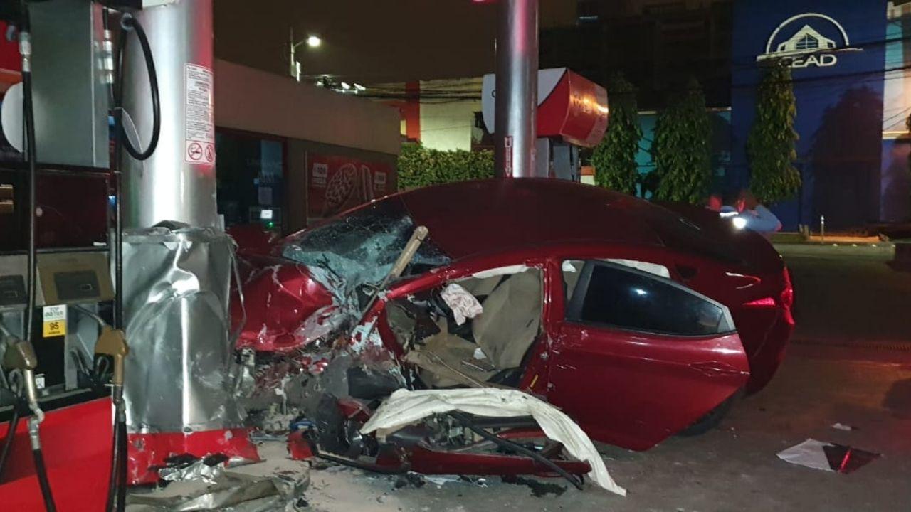 Dos hondureños impactaron su vehículo contra una gasolinera en Tegucigalpa