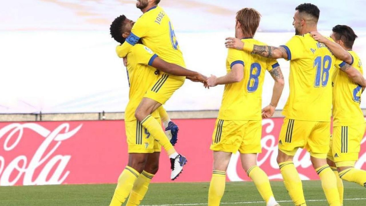 Un gol del Choco Lozano sella un histórico triunfo del Cádiz ante el Real Madrid
