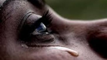 madre llora por muerte de hijo