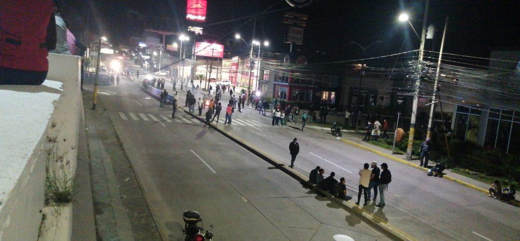 Los manifestantes incendiaron varias llantas en la calle afuera de Toncontín para obstaculizar el paso vehicular