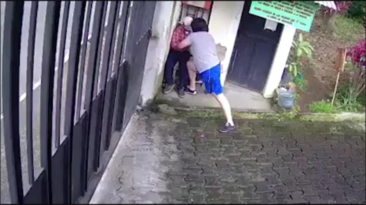 Agreden a un anciano supuestamente por faltarle el respeto a una mujer y el video causa indignación en Facebook