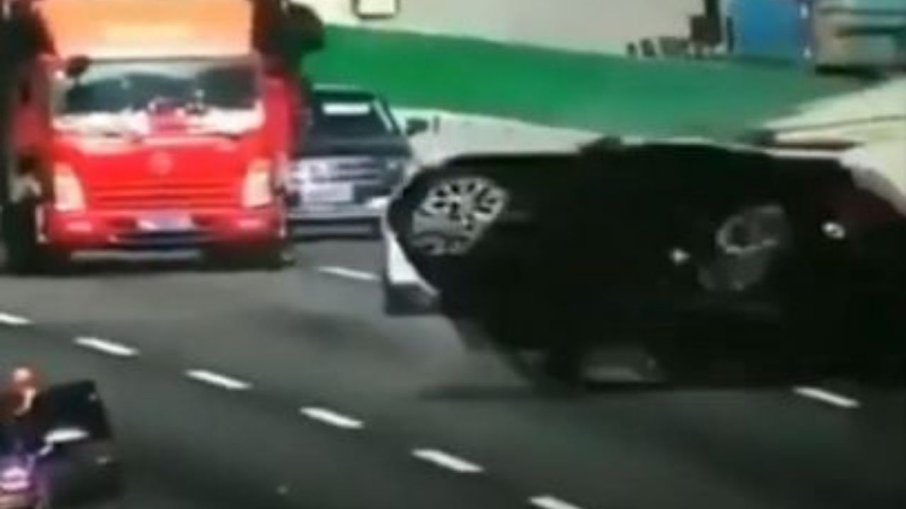 Carro da varias vueltas y cae de un puente tras ser embestido por un camión, mira el impactante video