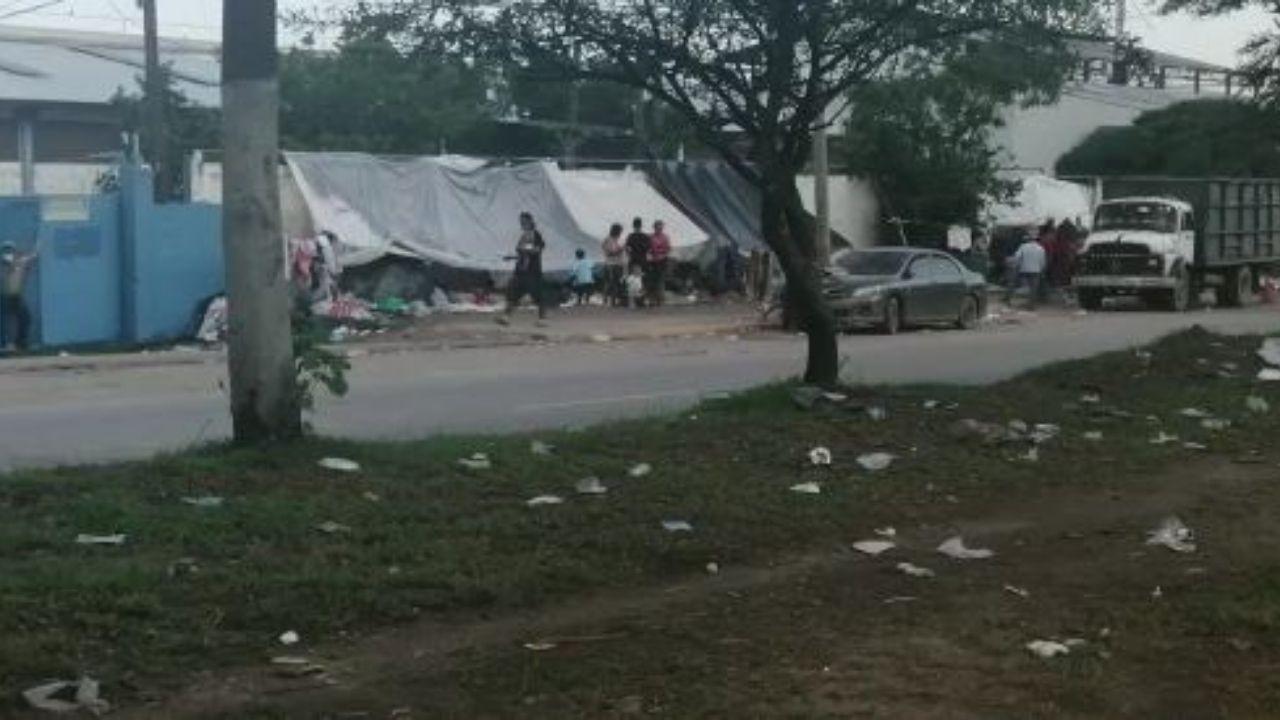 Afectados por Eta en Honduras construyen casas improvisadas en las calles de El Progreso