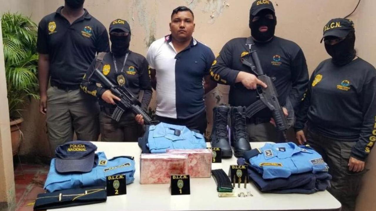 Detienen a un policía activo en posesión de dos supuestos kilos de cocaína