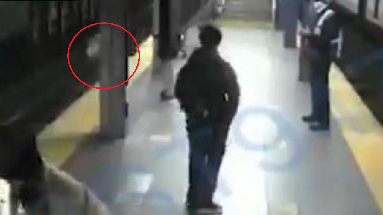 Video: Mujer se salva de milagro tras ser empujada a las vías segundos antes del arribo de un tren en Estados Unidos