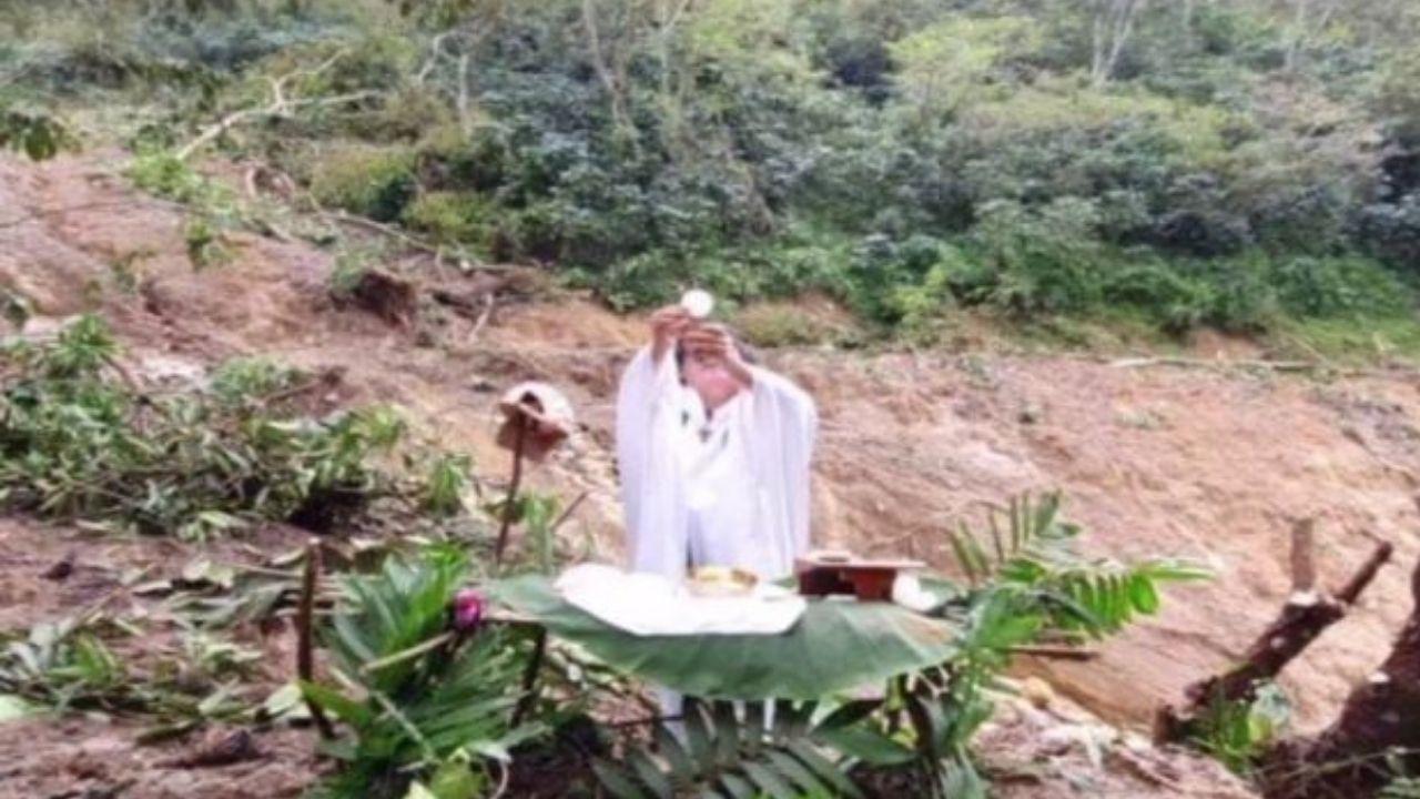 Sacerdote de la aldea Reina, Santa Bárbara oficializa misa en altar de hojas tras deslave que destruyó la comunidad