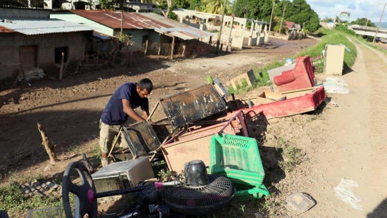 Damnificados hondureños hundidos en el lodo, a orillas del Ulúa, claman ayuda