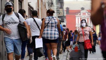 Peruanos caminan con su cubrebocas