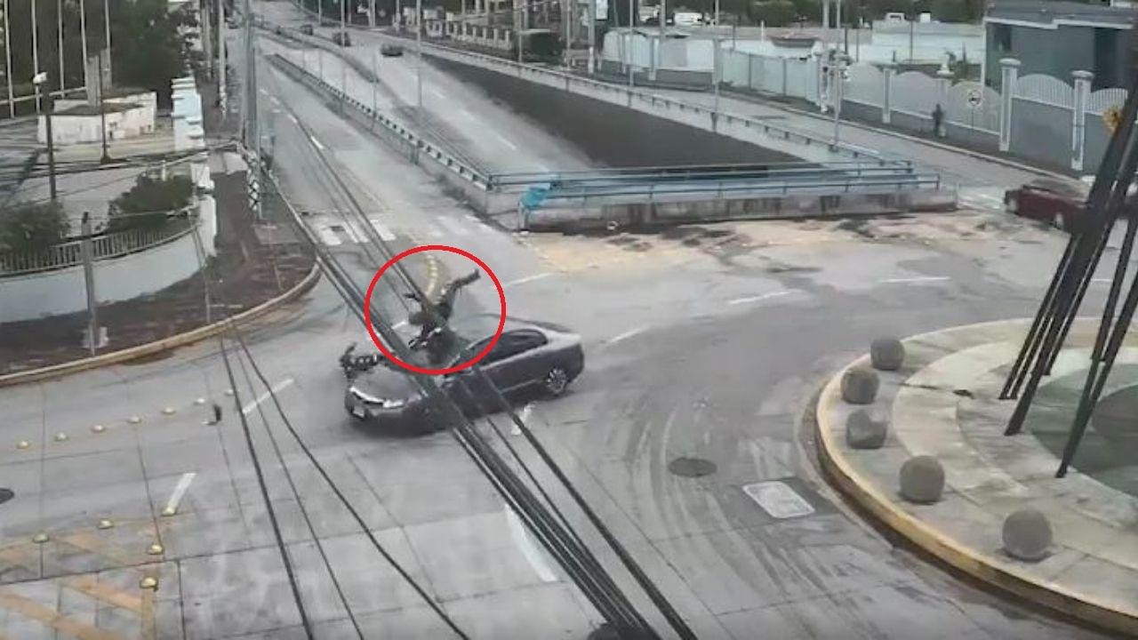 Publican impactante video de motociclista a punto de morir tras el mal uso de rotonda en Tegucigalpa
