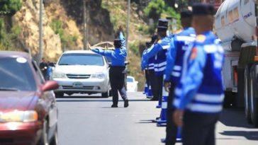 Agentes oficiales controlan el paso vehicular
