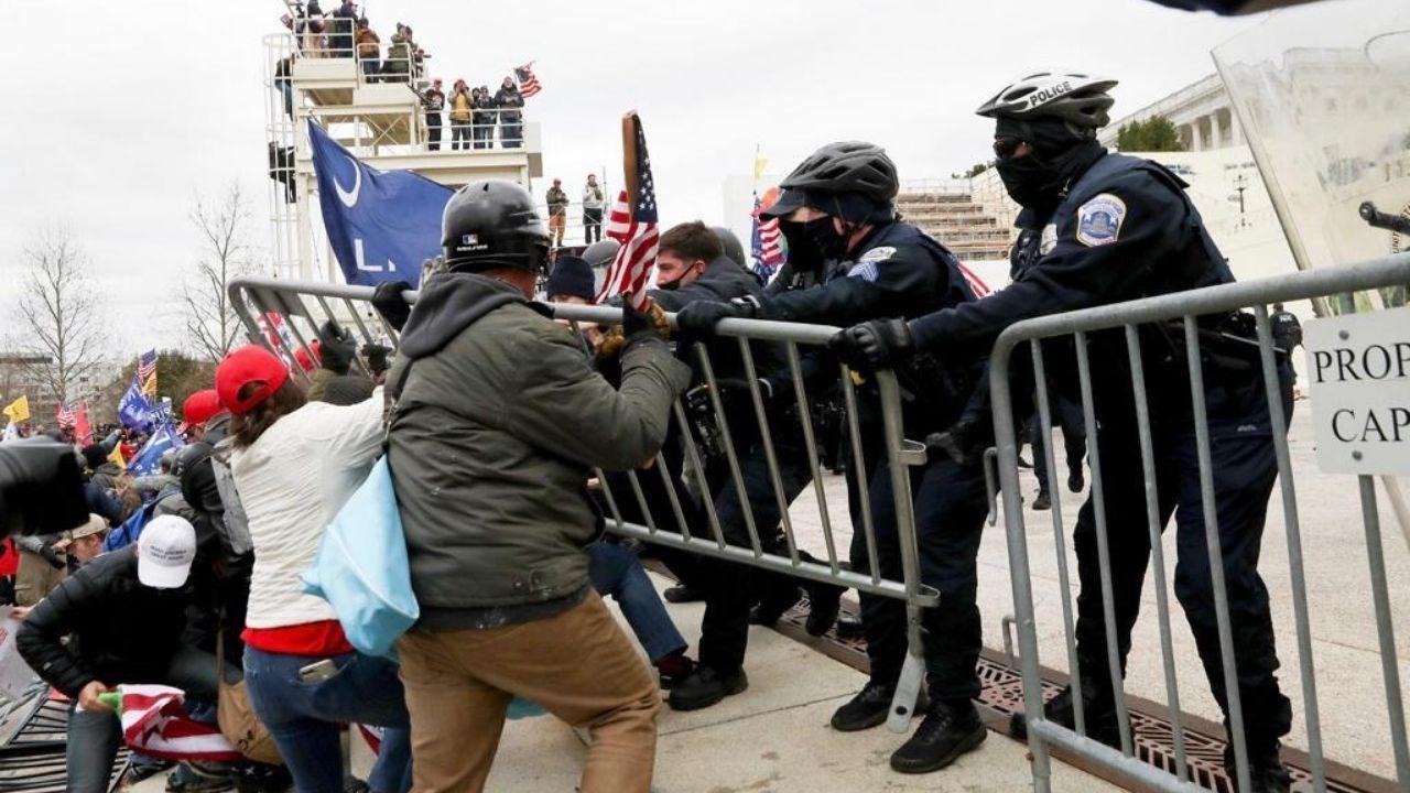 Miles de seguidores de Trump se enfrentan a la Policía en la entrada del Capitolio