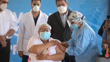 Primera enfermera en vacunarse