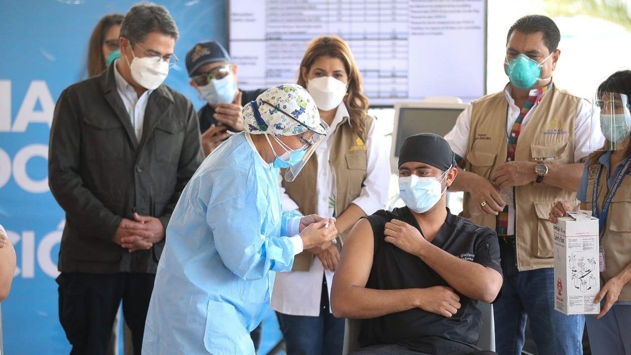 Denuncias: Personal administrativo, su parentela y sindicalistas en primera línea vacunados contra el covid-19 en Honduras