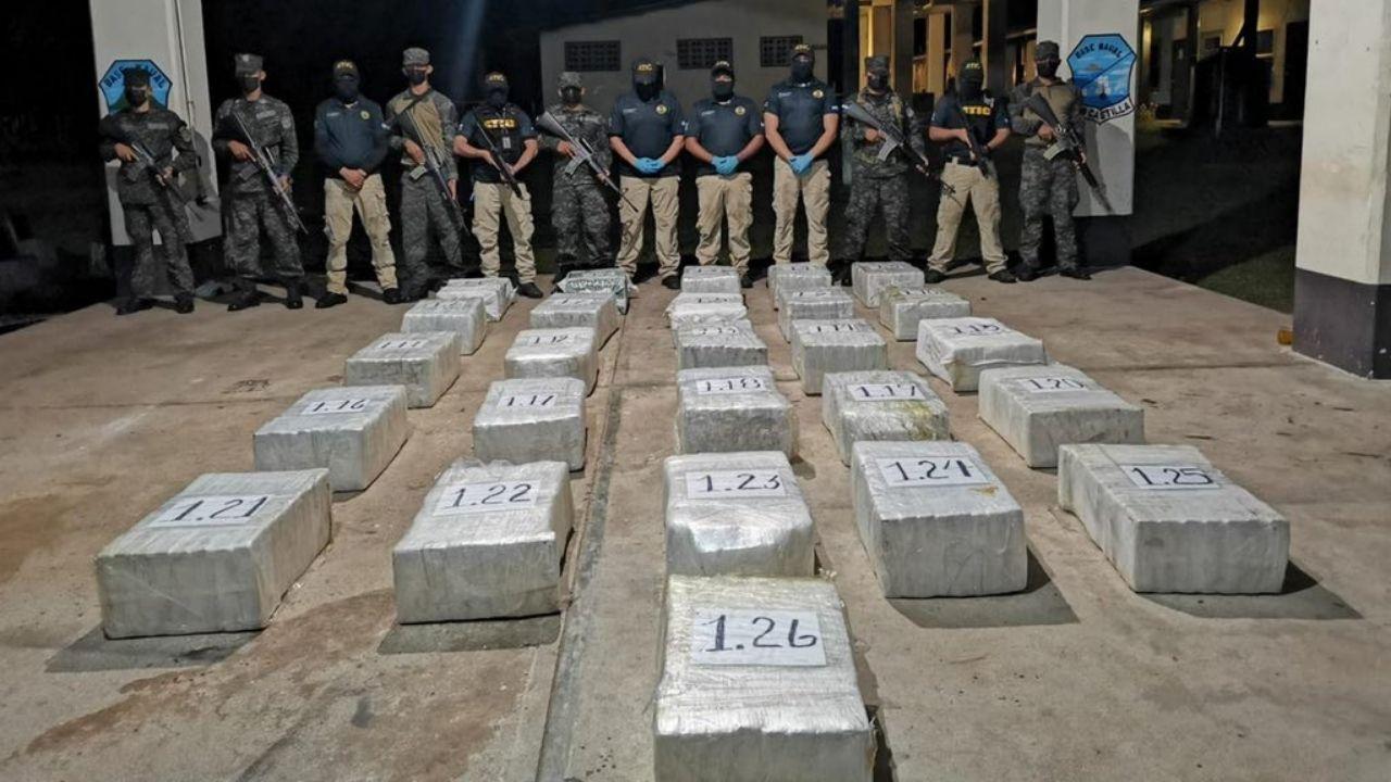 Con 26 fardos de supuesta cocaína capturan a cuatro venezolanos y un colombiano en La Mosquitia hondureña