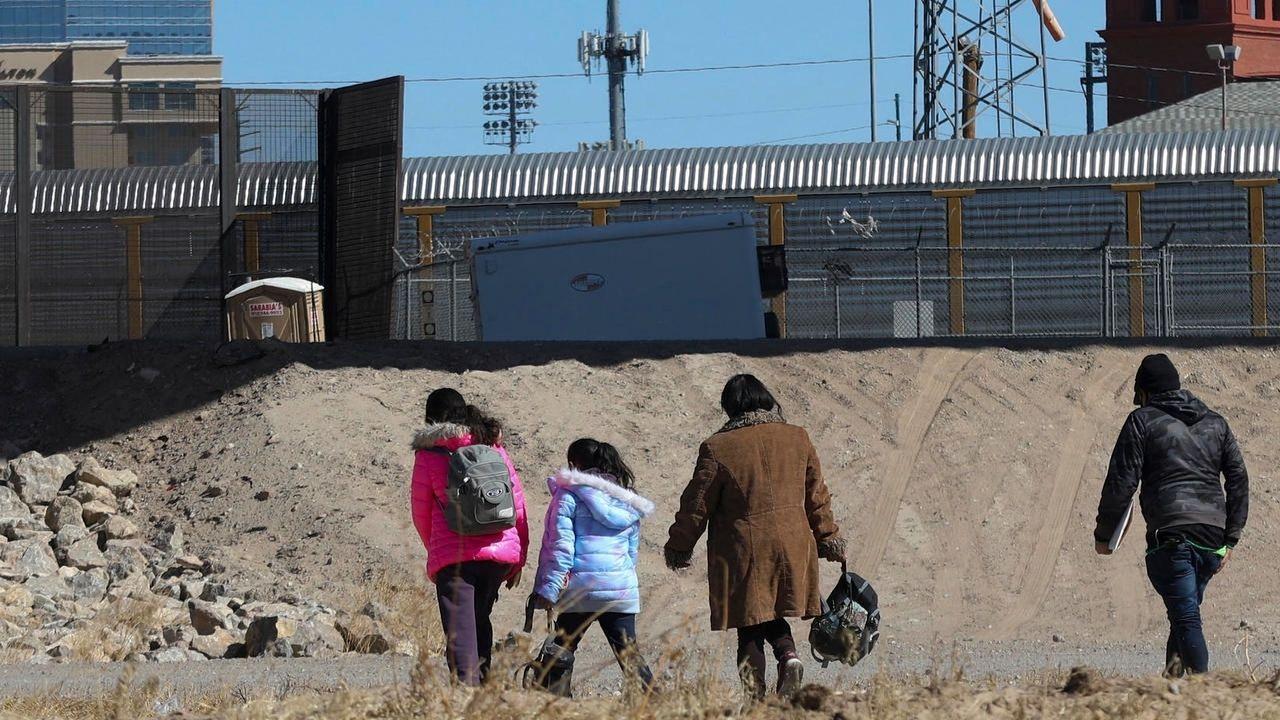 Biden critica a México por no acoger a familias migrantes que EEUU deporta