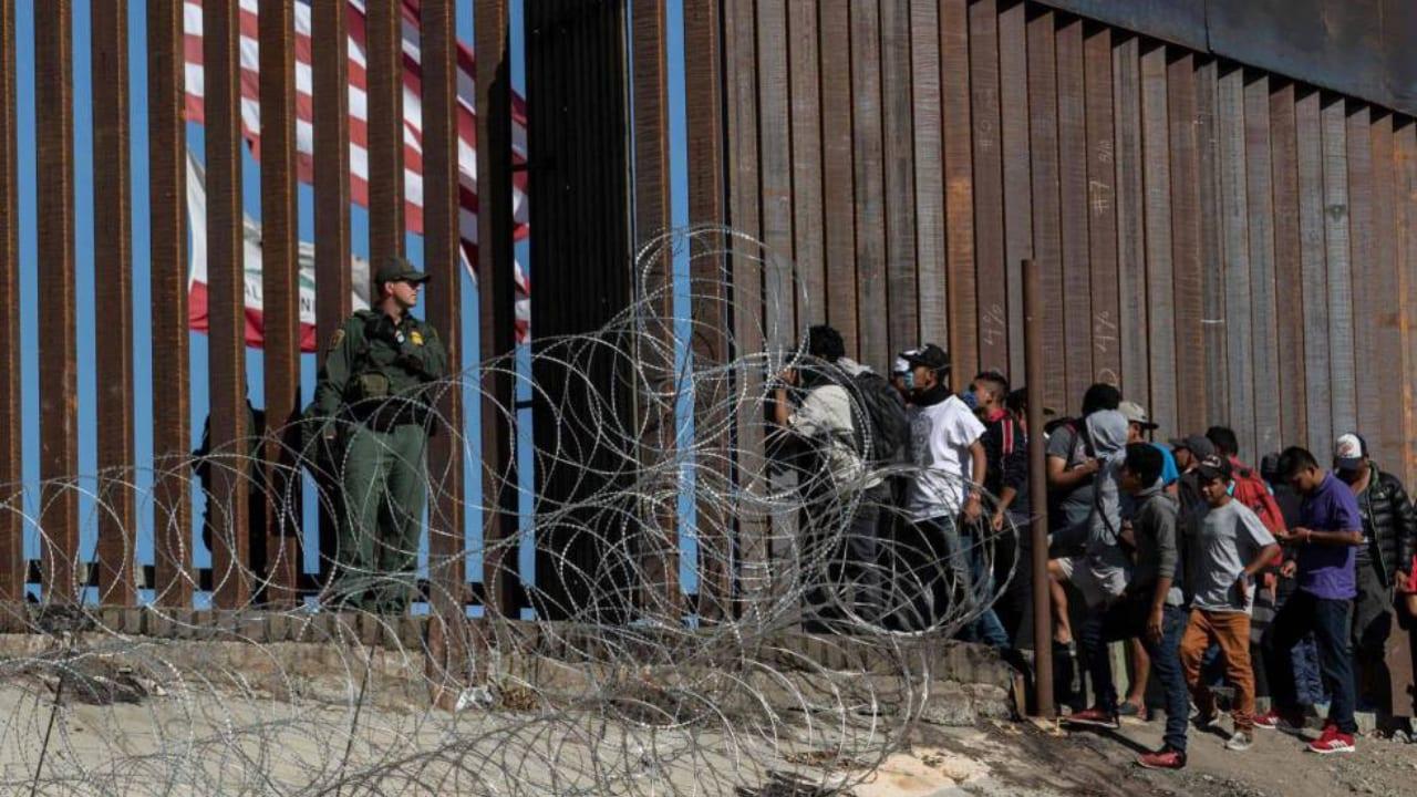 Rescatan a hermanos de 5 y 6 años solos en la frontera entre Estados Unidos y México