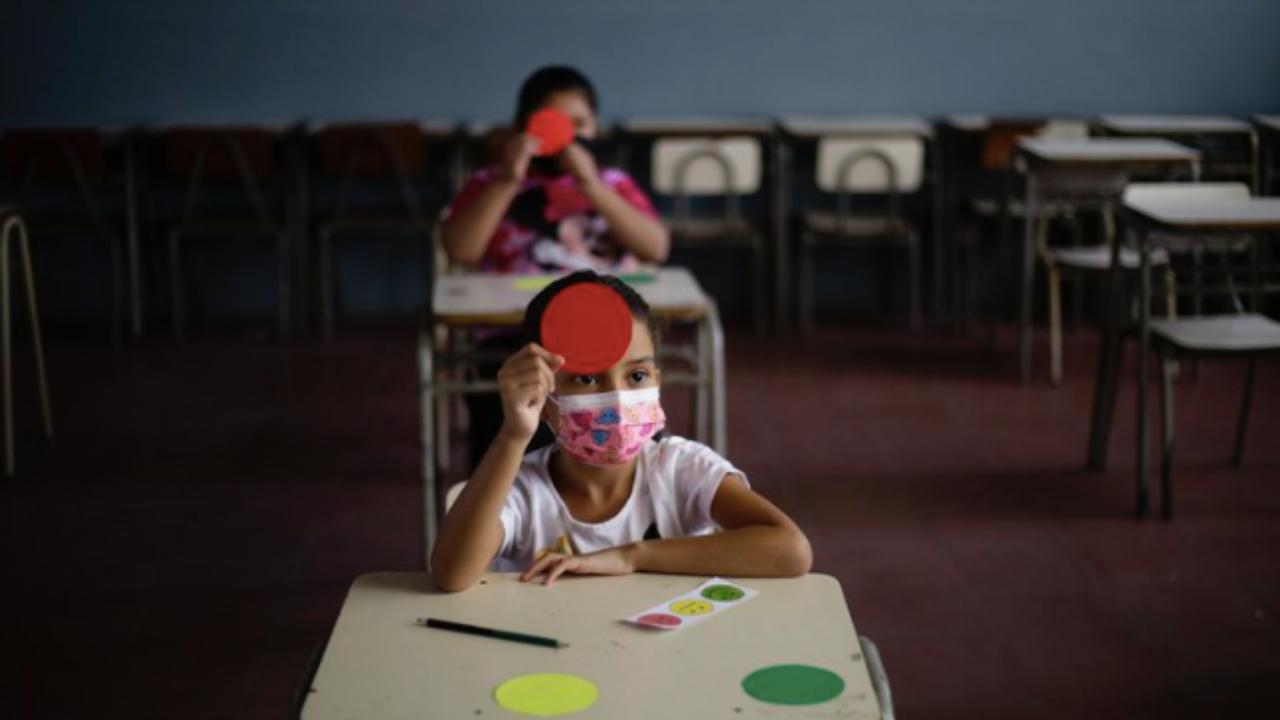 El Salvador inicia clases semipresenciales entre medidas sanitarias contra el covid-19