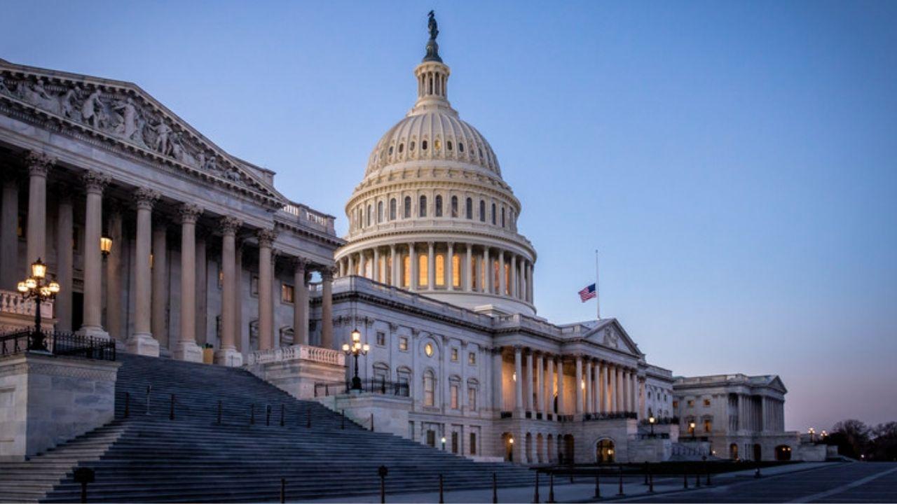 Hombre atropelló con un coche a dos policías en el Capitolio de Estados Unidos
