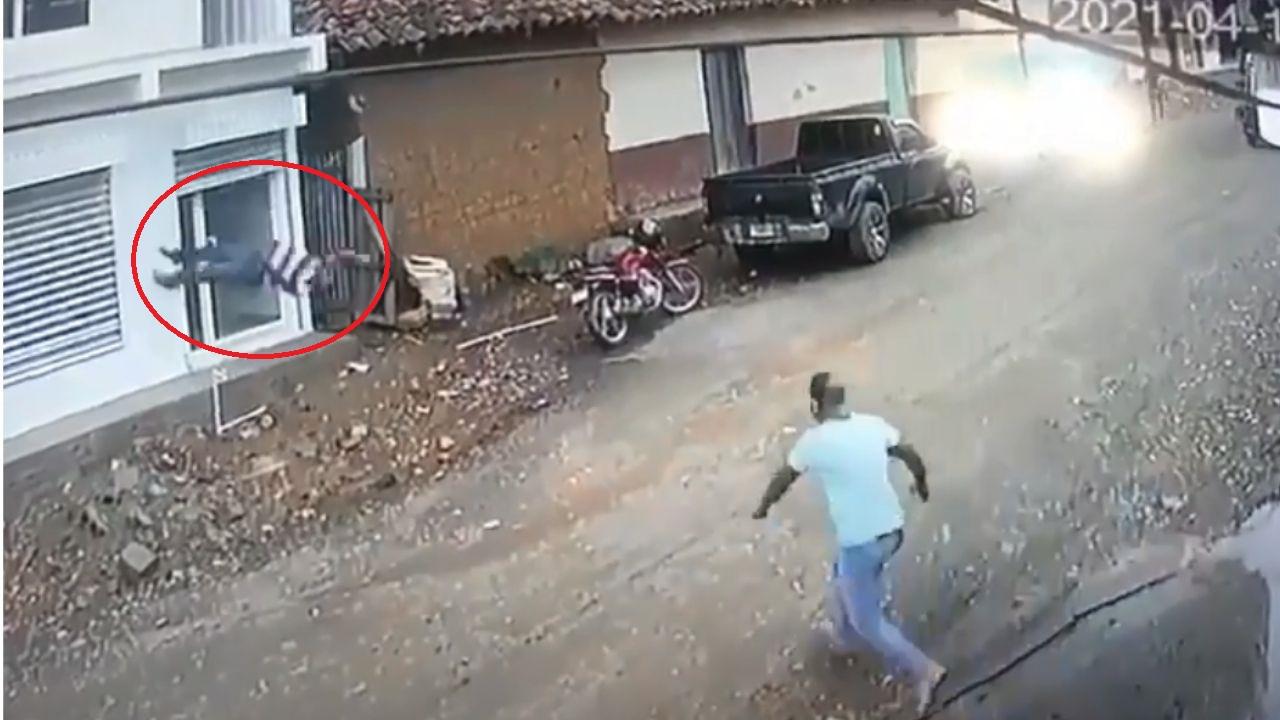 Impactante vídeo de cómo un hondureño se electrocutó, cayó de un segundo piso y murió segundos más tarde