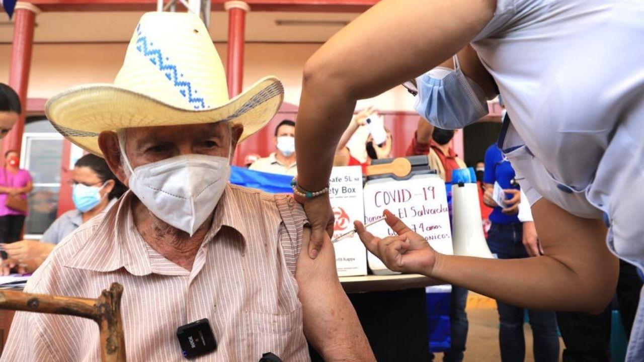 Bukele comparte foto de hondureño de 84 años vacunado contra el covid con dosis donadas por su gobierno