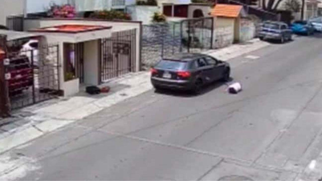 Vídeo captó el momento en que un hombre lanzó a su novia de vehículo en marcha por supuestos celos en México