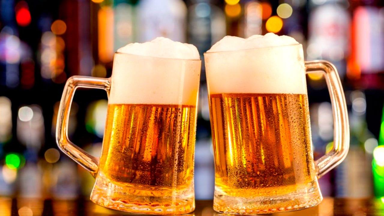 ¿Por qué beber entre tres y cuatro cervezas podría reducir la eficacia de la vacuna anticovid?