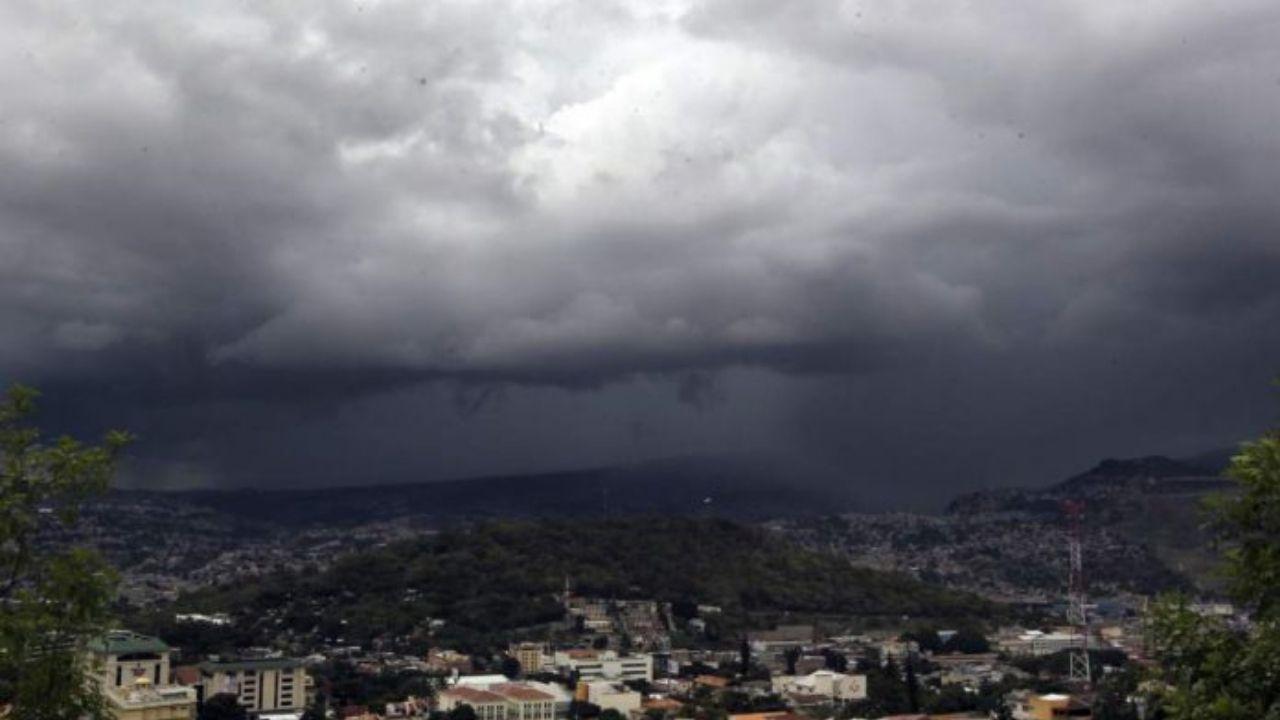 Lluvias y chubascos acompañadas de actividad eléctrica se registrarán con mayor intensidad en 4 regiones de Honduras