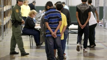 migrantes frente a autoridades de migracion